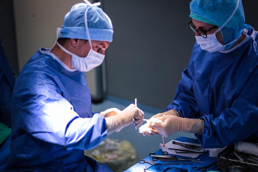 Docteur Clément Granier avant d'effectuer un arthroscopie du genou